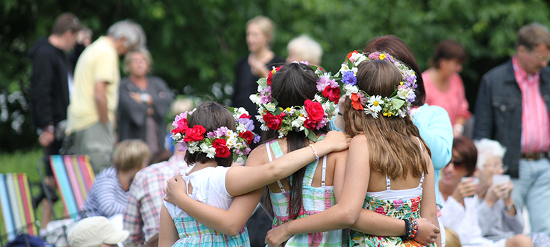 Children with Midsummer garlands